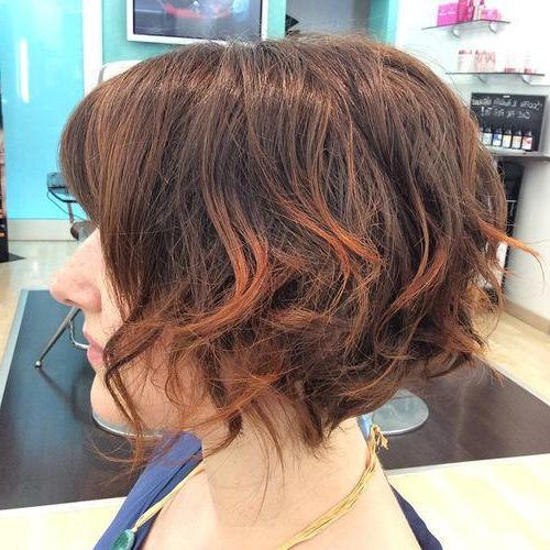 Pelo corto color chocolate con mechas