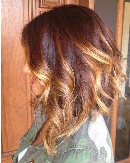 Color de pelo rubio con mechas rojas